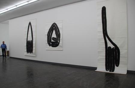 """"""" Schlauchzechnung"""", 1990, Tusche auf Papier, Kunsthalle Recklinghausen, Ausstellung: """" Papier trifft Plastik"""", B: 1,56m, H: 2,88m, B: 2m, H: 1,56m, B: 1,56m, H:3,75m,"""