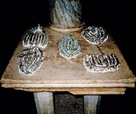 """Ohne Titel, Art Ljeto 90 """"Stranci"""", Split Jugoslawien, 5 Objekte, B:25cm, H:40cm, T: 6cm, Formen aus geschmolzenem Glass,"""