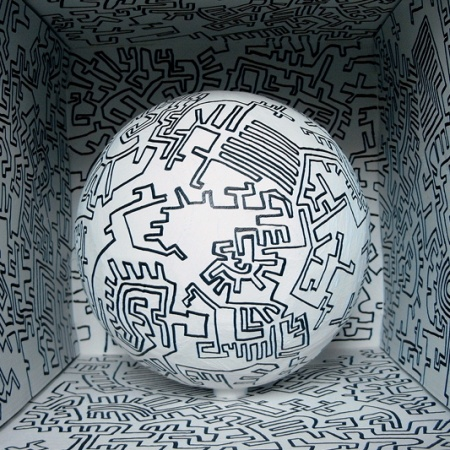 """"""" Künstlerball"""", 2006, Kunstverein Gelsenkirchen, B:45cm T:45cm H:45cm, Pappe, Fußball, Farbe"""