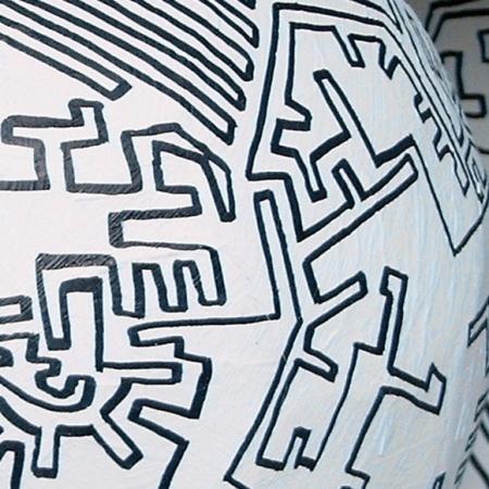 """"""" Künstlerball"""", 2006, Kunstverein Gelsenkirchen, B:45cm T:45cm H:45cm, Pappe, Fußball, Farbe, Detail"""
