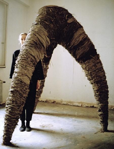 """Dreibein"", 1988, Rike Kalsse, Kunstakademie Düsseldoer, B:2m, T:2m, H:2,5m, Holz, Stroh, Ton"